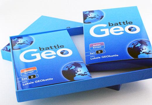 """Luxe boxset met 2 """"Geo Battle"""" kaartspellen."""